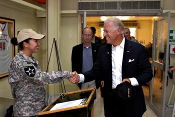Рядовая Тоня Николс (Tonya Nichols) приветствует вице-президента Джо Байдена неожиданного решившего воспользоваться ее услугами, Кэмп Либерти, Ирак.